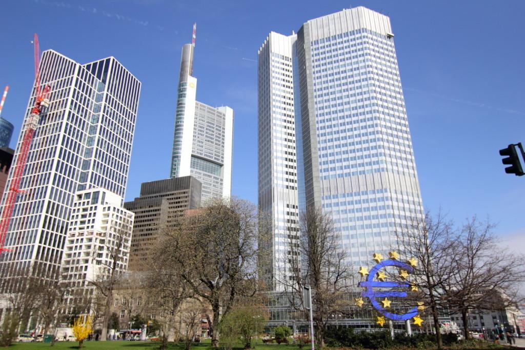 Construita in 1997, Cladirea Bancii de Comert (in centru) este cea mai inalt imobil 'locuibil' din oras. Are 259 metri