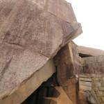 Desi dificil, structurile inca respecta forma muntelui si construiesc in jur.
