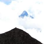 Piatra sfanta si muntele real din spate care se regaseste in forma pietrei.