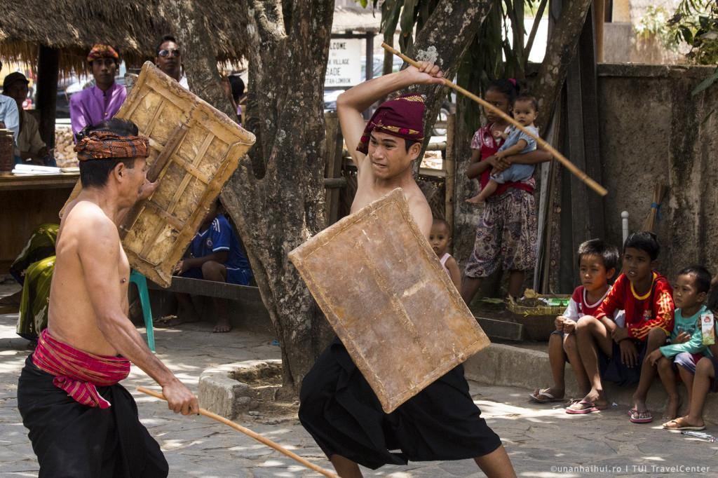 Razboinici sasak in timpul unui spectacol dansant