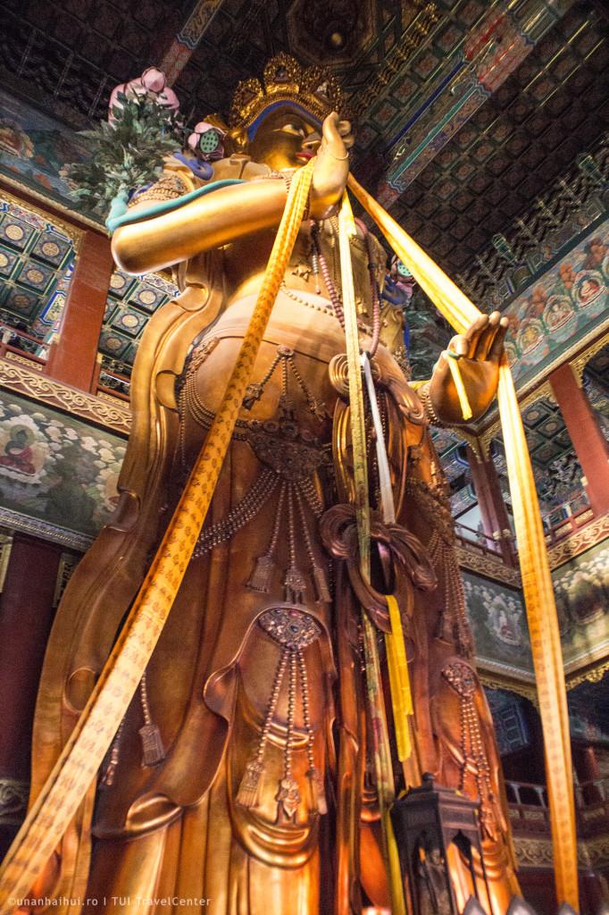 Intreaga statuie este facuta dintr-o singura bucata de lemn